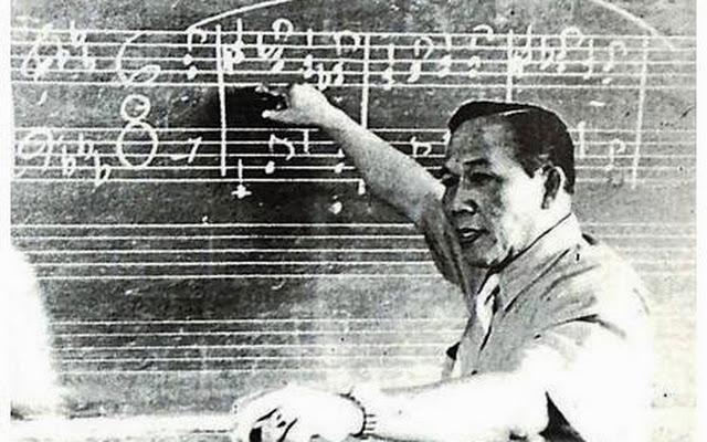 åMaestro Lucio San Pedro teaching a class